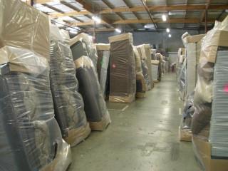 そしてここが完成品保管場所。ソファーはこうして2日、3日ですが立てた状態で保管されます。