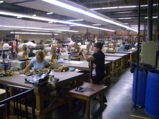 ここは縫製セクション。この日は予備日とのことで社員さんの半分ほどの方が出勤されていました。