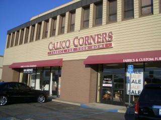 CALICO CORNERSはまず生地を選んで、次にソファーのフレームを選び張ってもらうシステムです。生地が多すぎて決められない人多そうです。そういうわたしも目移りしてしまいました。