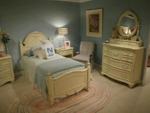 ベッドルーム 壁の色が絶妙ですね