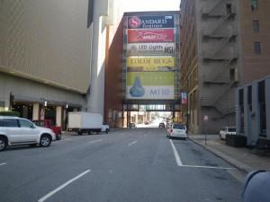 カラフルなカンバンは会場となるビルとビルをつなぐ廊下です